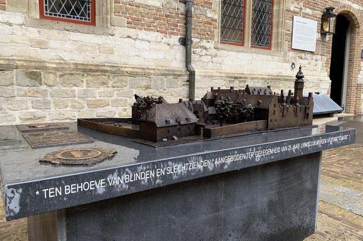 Het stadspaleis ontvangt bronzen maquette